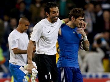 Casillas bromea con Buffon