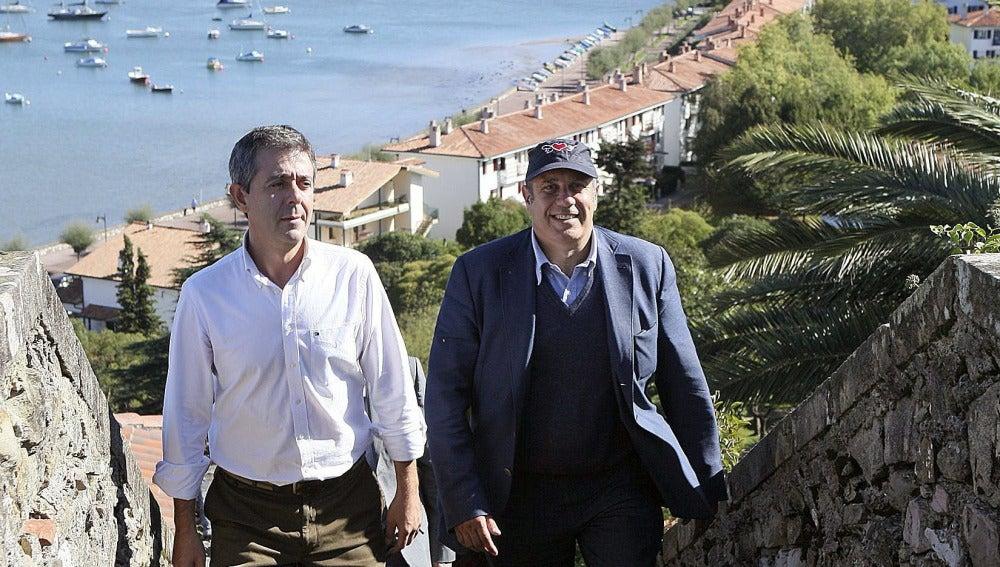 """El escritor italiano Federico Moccia, junto al alcalde de Hondarribia, Aitor Kerejeta , recorren las calles de esta localidad, donde Moccia ha presentado su última novela, """"Ese instante de felicidad""""."""