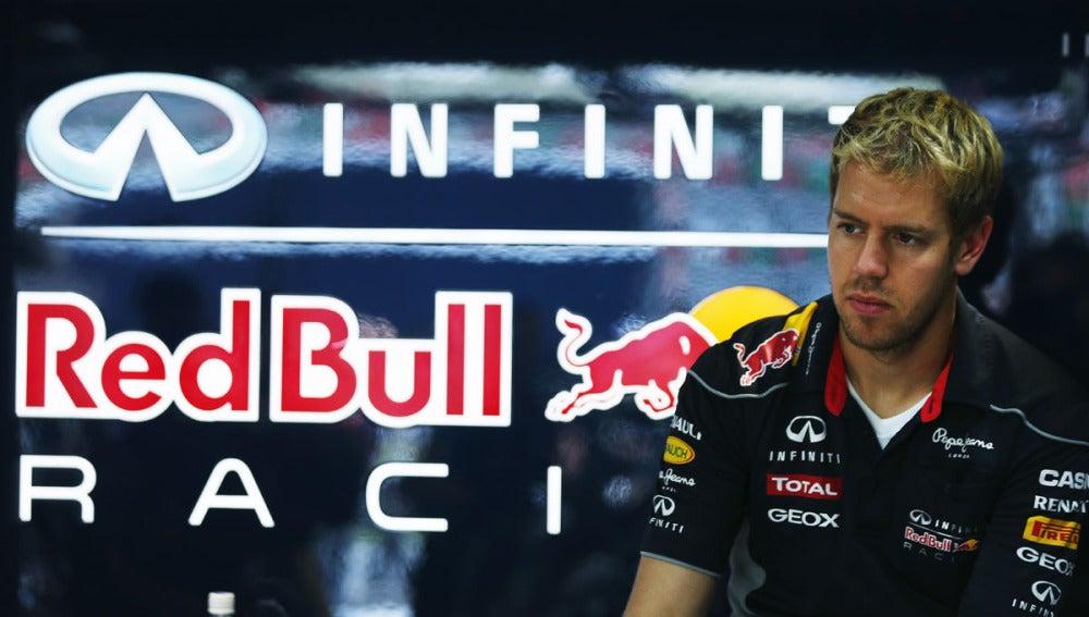 Vettel en el box de Red Bull