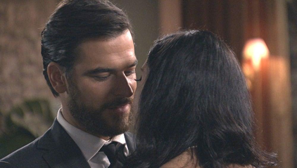 Diego y Begoña se besan ante la mirada de Valeria