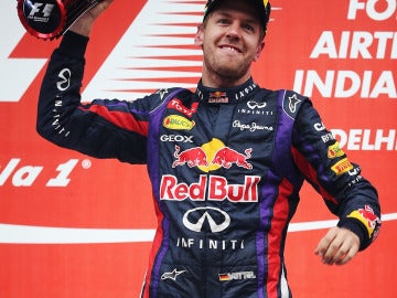 Vettel, exultante con el trofeo de India