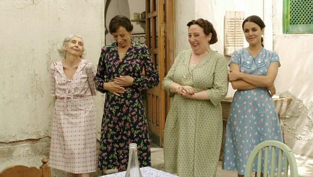 Sira empieza a coser para las mujeres de la pensión