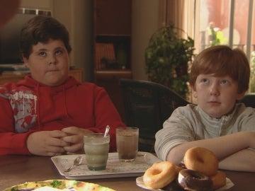 Los niños desayunando