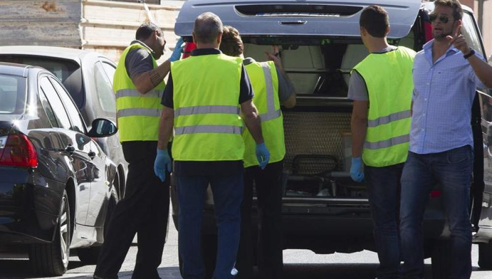 Los servicios funerarios retiran los cuerpos de los tres fallecidos en Villarreal