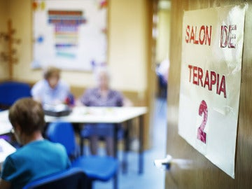 Varios enfermos de Alzheimer en una sala de terapia