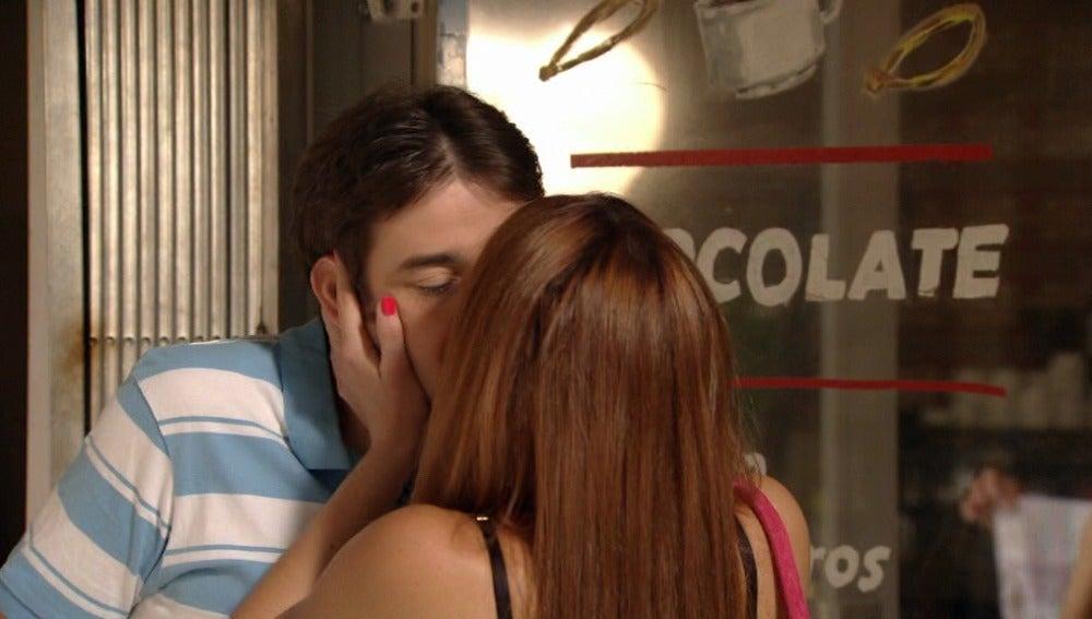 César decide salir con Vanessa