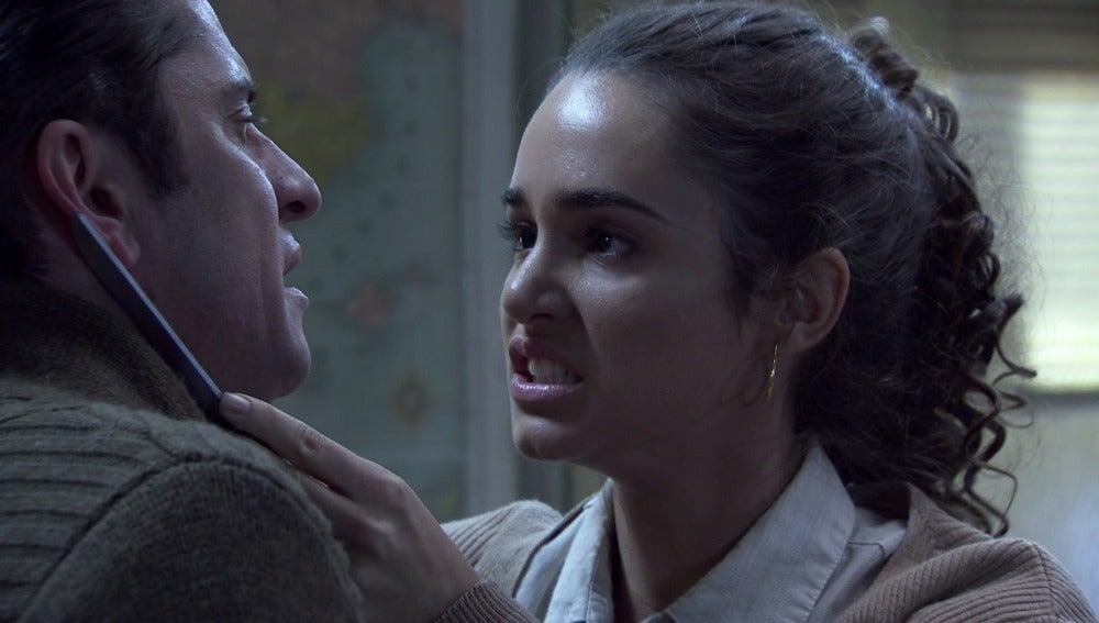 Maite amenaza con un cuchillo a Don Gabino al acosarla