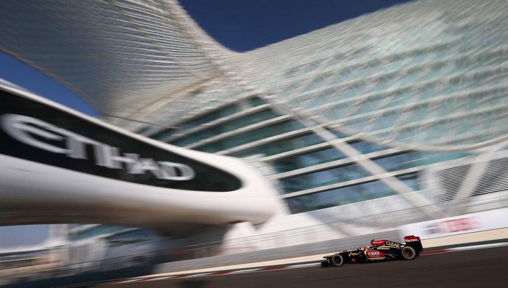 Grosjean, con el Lotus por Abu Dabi