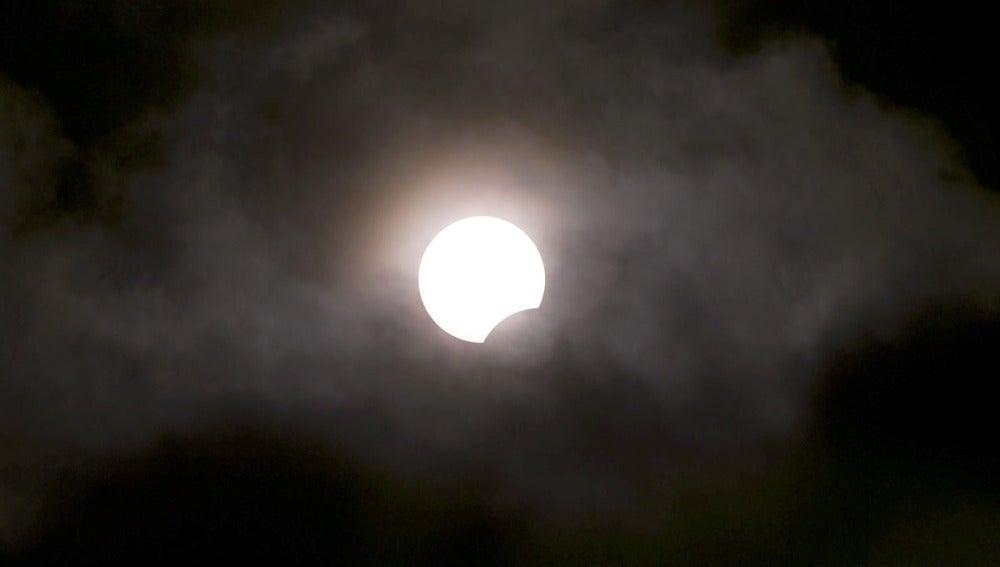 Una vista de un eclipse solar rara muestra el Sol está parcialmente oscurecida por la Luna (03-11-2013)