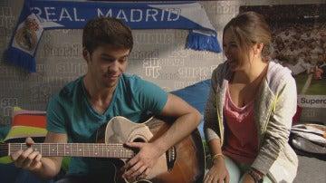 Paula y Carlos tocando la guitarra