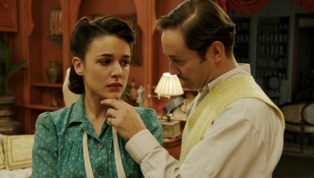 Félix le recomienda a Sira que se invente su pasado