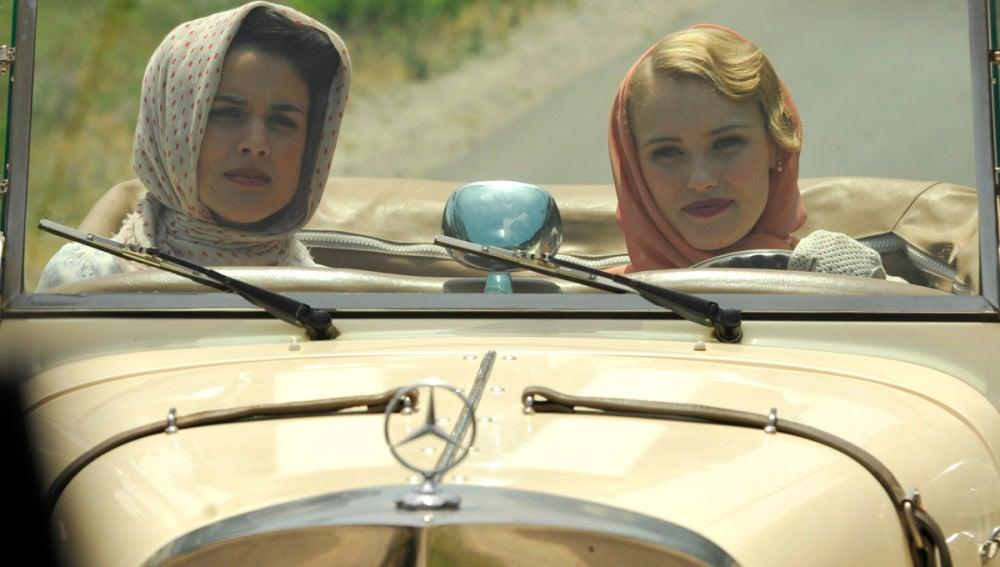 Sira y Rosalinda en el coche