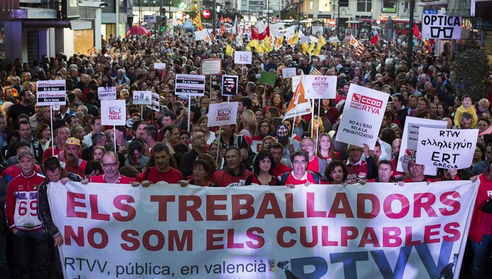 Multitudinaria manifestación contra el cierre de la RTVV por el centro de Valencia
