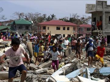 Los equipos de emergencia trabajan a contrarreloj en Filipinas