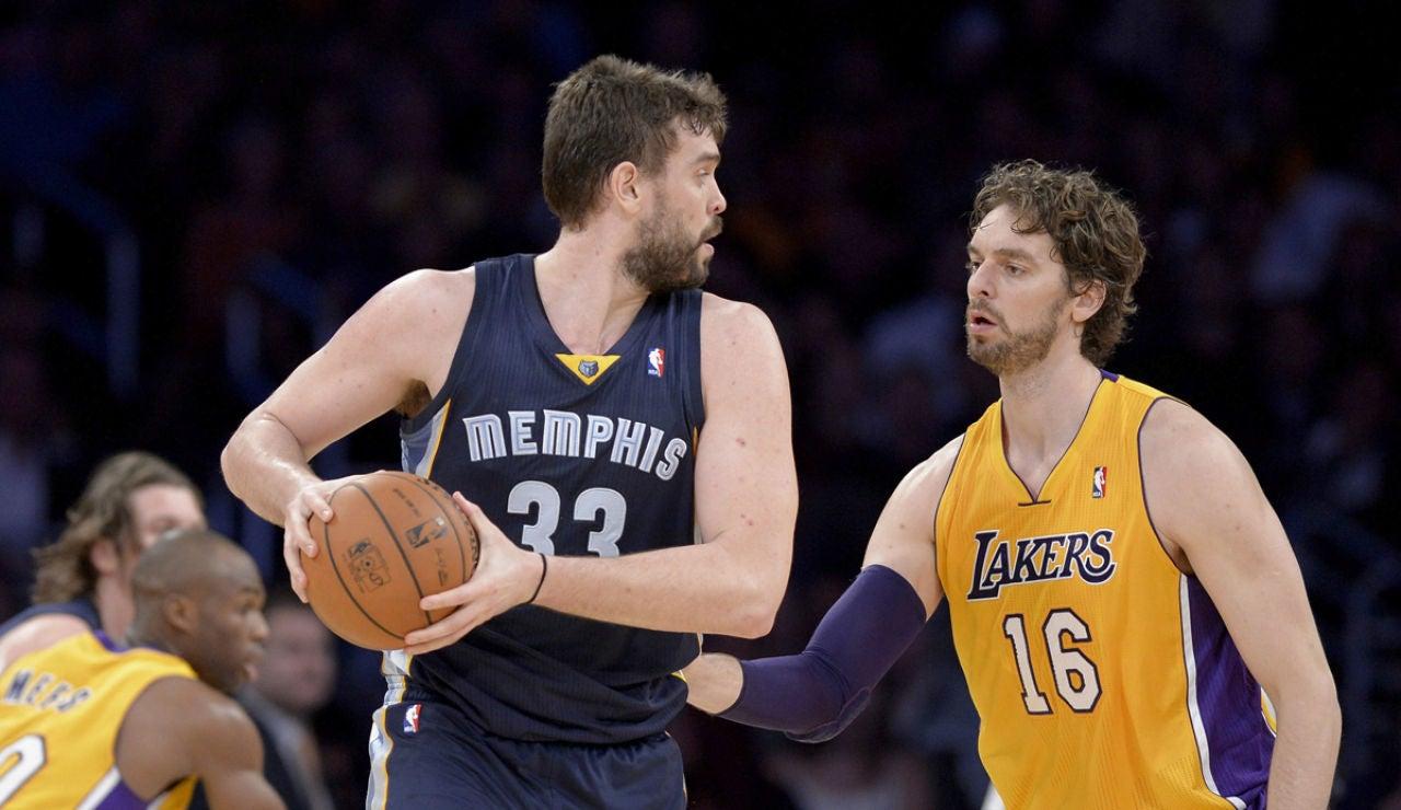 El jugador de Los Angeles Lakers Pau Gasol cubre a su hermano Marc Gasol, de Memphis Grizzlies,