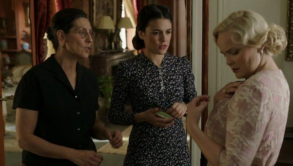Sira entretiene a su clienta mientras Marcus roba   los papeles