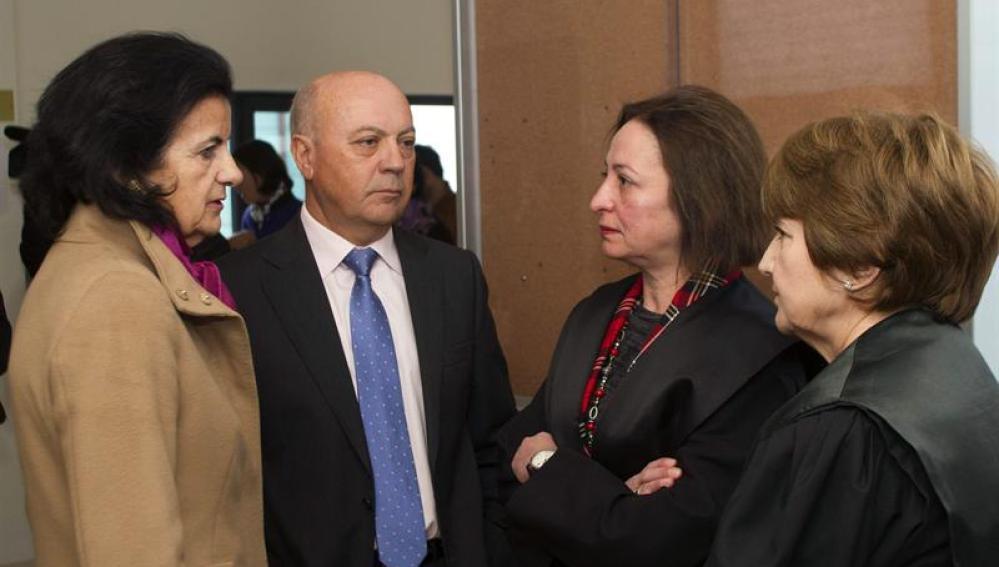 El equipo de letrados representantes de Manuel Fernandez de Sousa a la entrada del juicio.