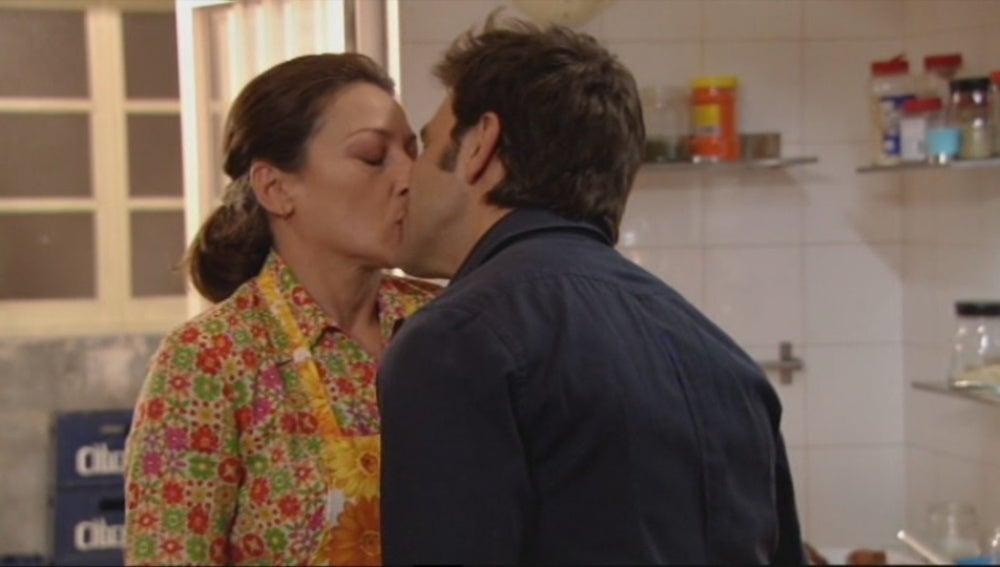 Víctor besa a Candela
