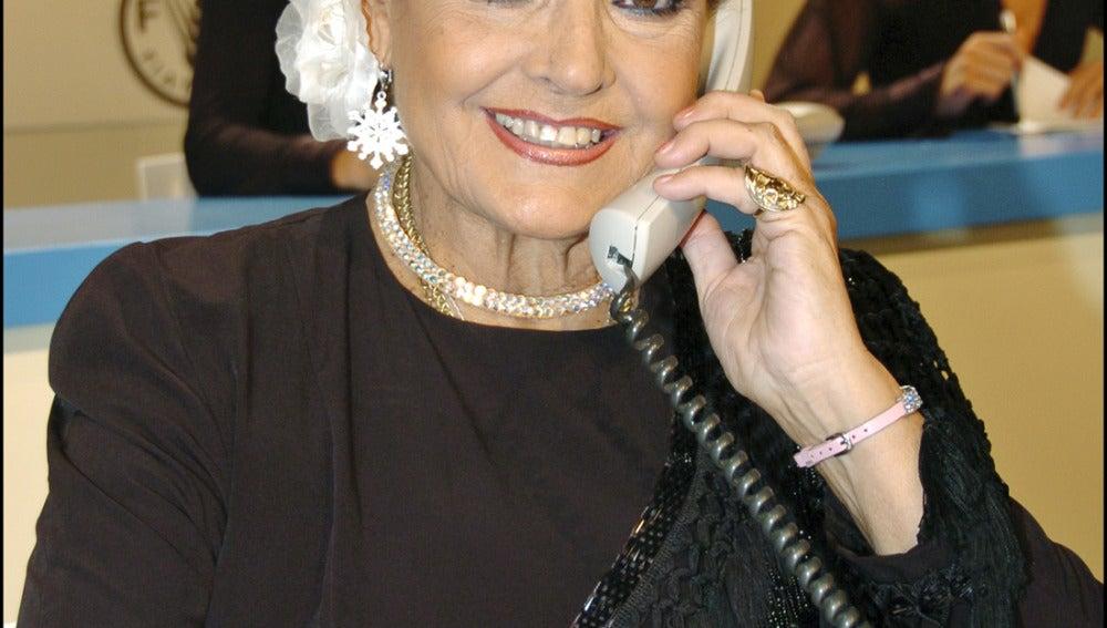 Carmen Sevilla atendiendo llamadas durante la Gala FAO 2006