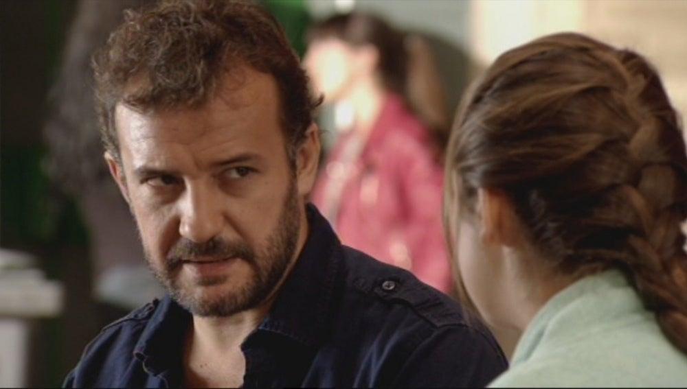 Juanjo le dice a Paula que se marcha a Argentina