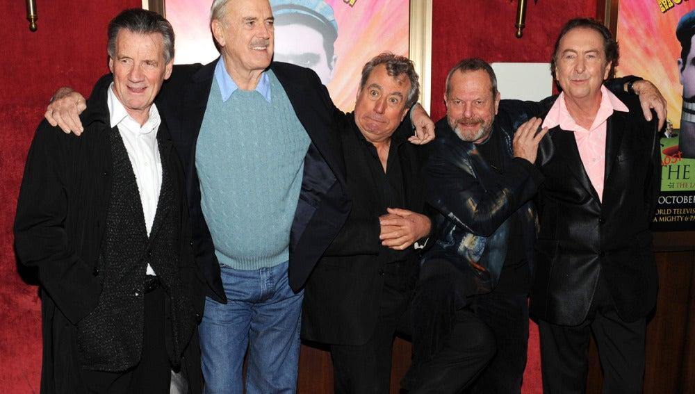 Los Monty Piton posan juntos en un estreno.