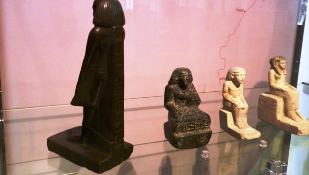 Estatua que gira sola en el museo de Manchester