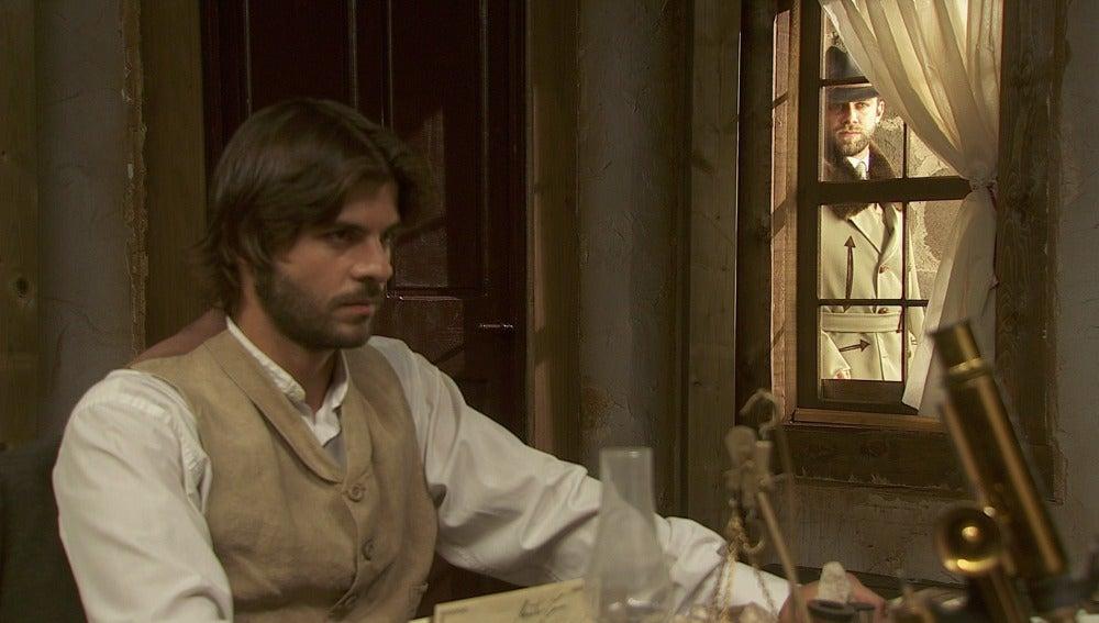 Fernando espía a Gonzalo y Conrado