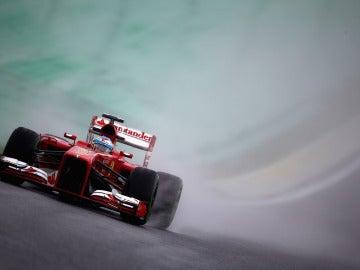 Alonso conduce en mojado