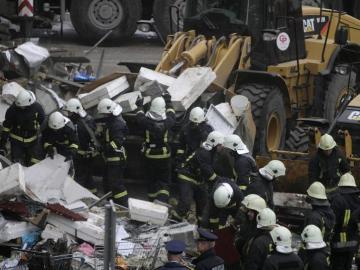 Operarios retiran los escombros del Supermercado