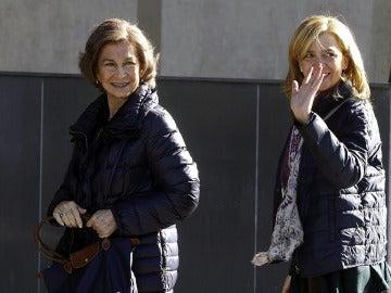 La reina Sofía y la infanta Cristina acuden a visitar al rey