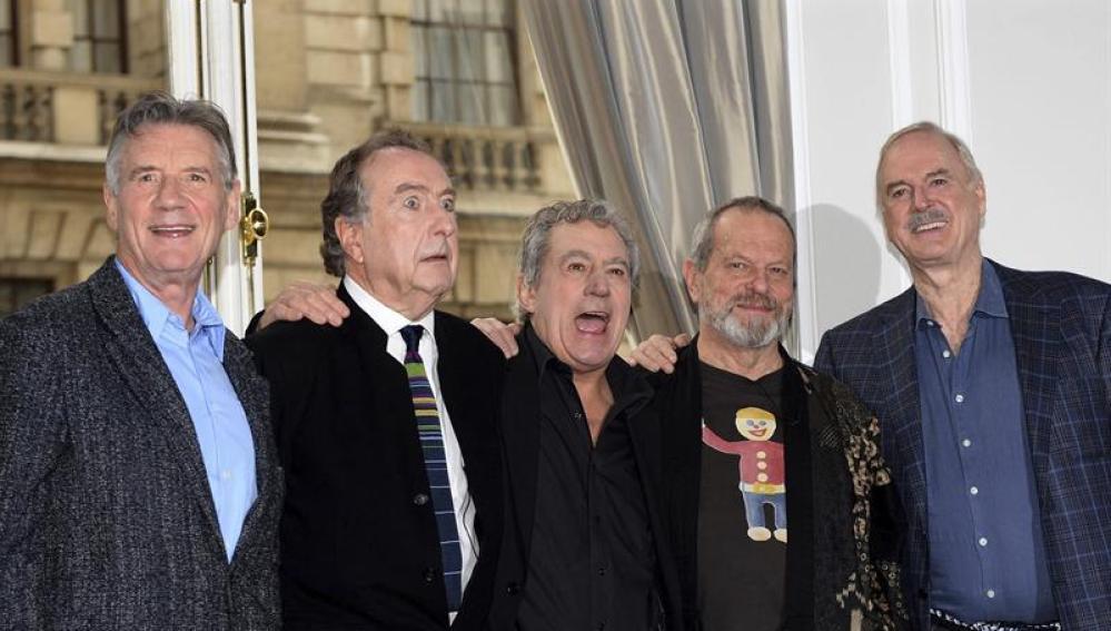 Los cinco componentes del grupo cómico británico Monty Python