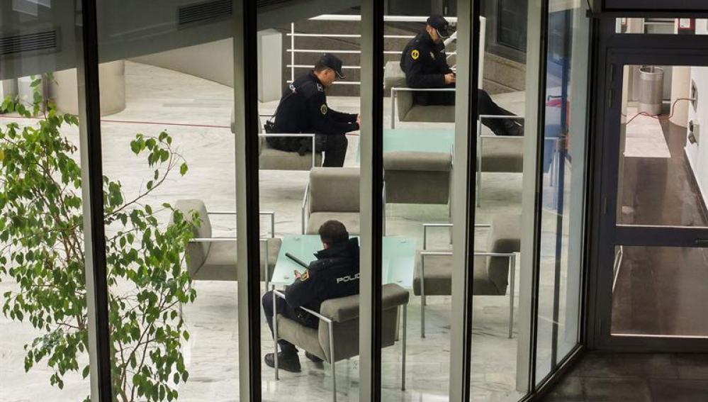 Agentes de la Policía Nacional custodian el interior de Radio Televisión Valenciana (RTVV)