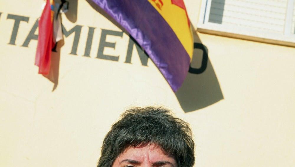 La alcaldesa de Pastores junto a la bandera tricolor