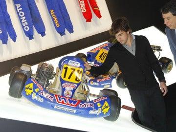 Fernando Alonso junto a uno de sus kart