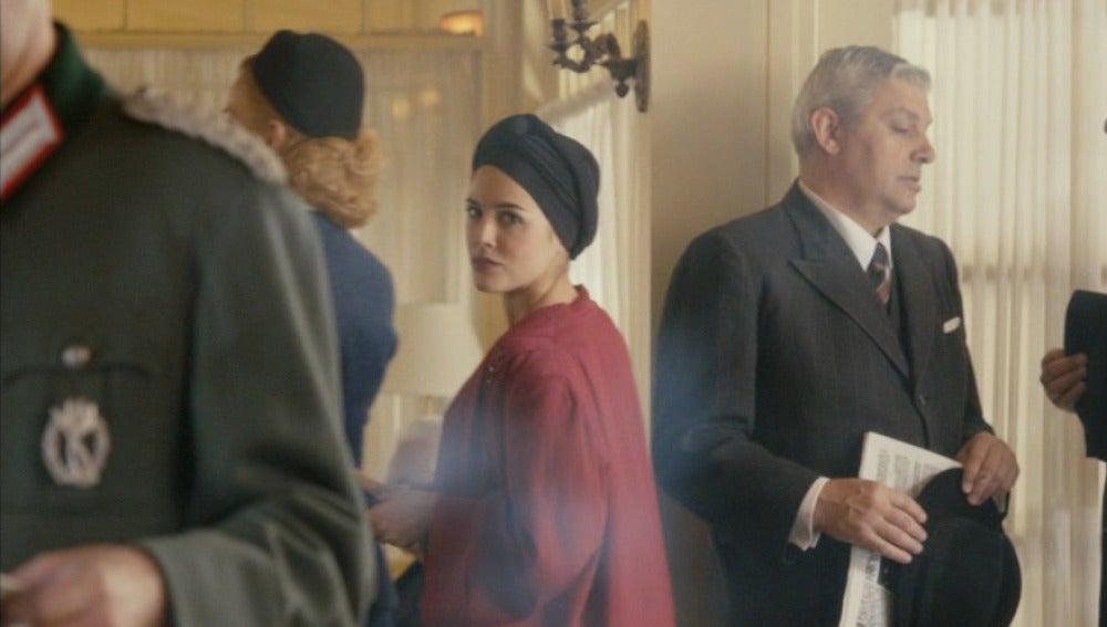 Hillgarth escucha una conversación incómoda de Sira