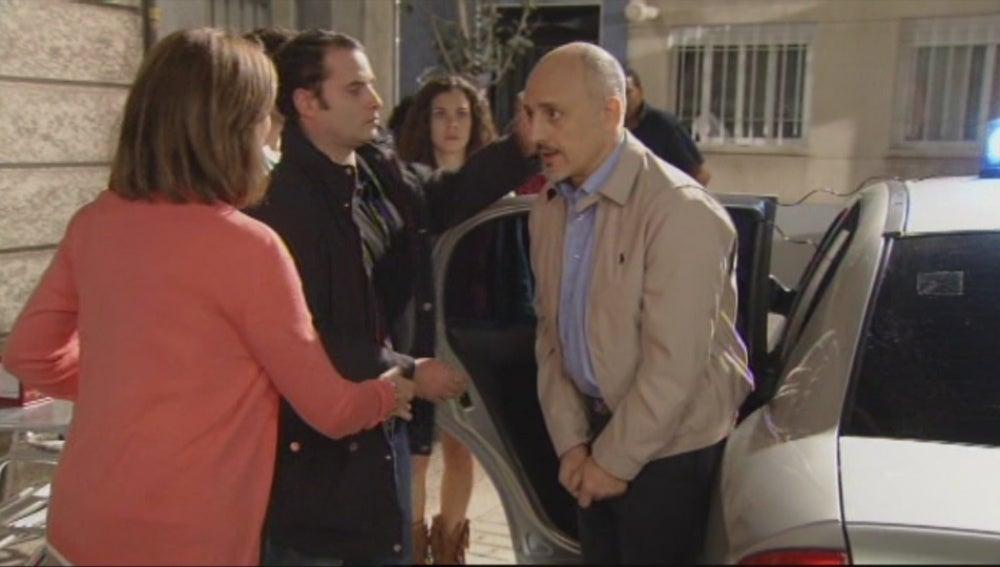 Julián es detenido para la policía