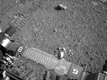 Detalle de una de las primeras rodadas que hizo el rover Curiosity en Marte