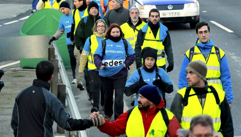 Un grupo de 70 trabajadores de Edesa inician una marcha de protesta