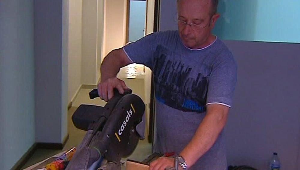 Un trabajador con una sierra