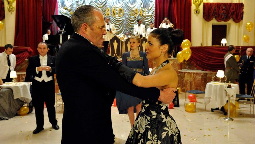 Sira baila con su padre