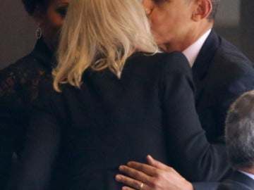 Obama saluda delante de Michelle a Helle Thorning