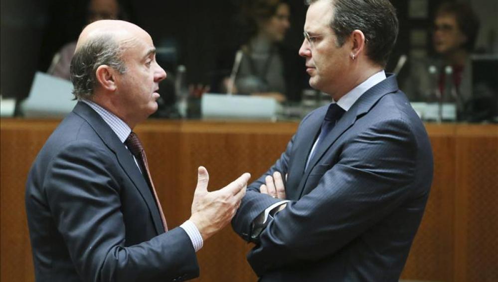 El ministro de Economía español, Luis de Guindos, conversa con el ministro de Finanzas suizo, Anders Borg