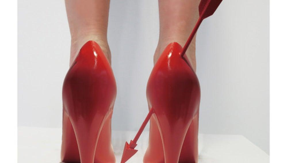 Una mujer llevando los zapatos