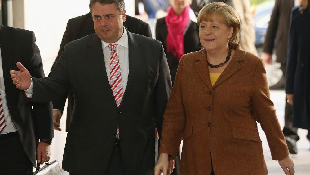 El líder del SPD, Sigmar Gabriel, junto a la canciller, Angela Merkel