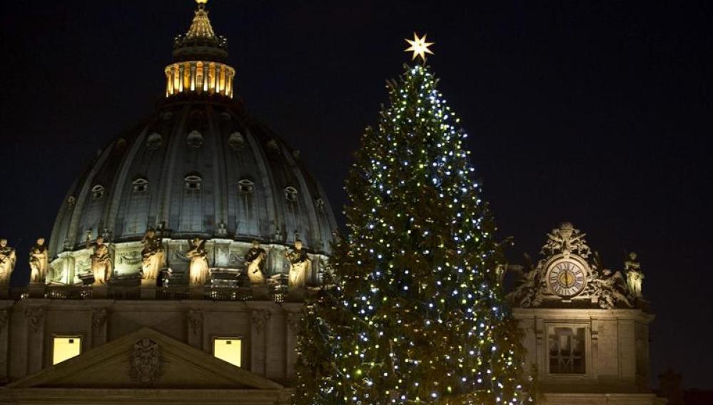 Abeto iluminado en la plaza de San Pedro del Vaticano