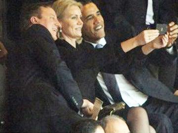 Cameron, Schmidt y Obama en la ceremonia en memoria de Nelson Mandela.