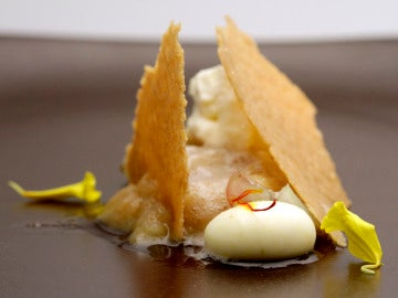 Corte de manzana, especulos y mousse de chocolate blanco