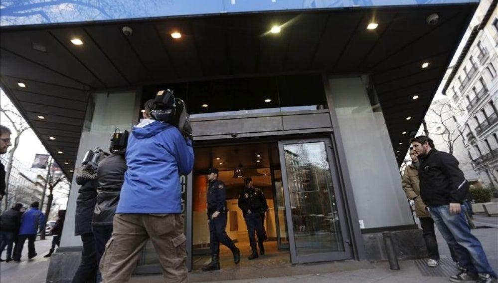 La Policía sale de la sede del PP en Génova.