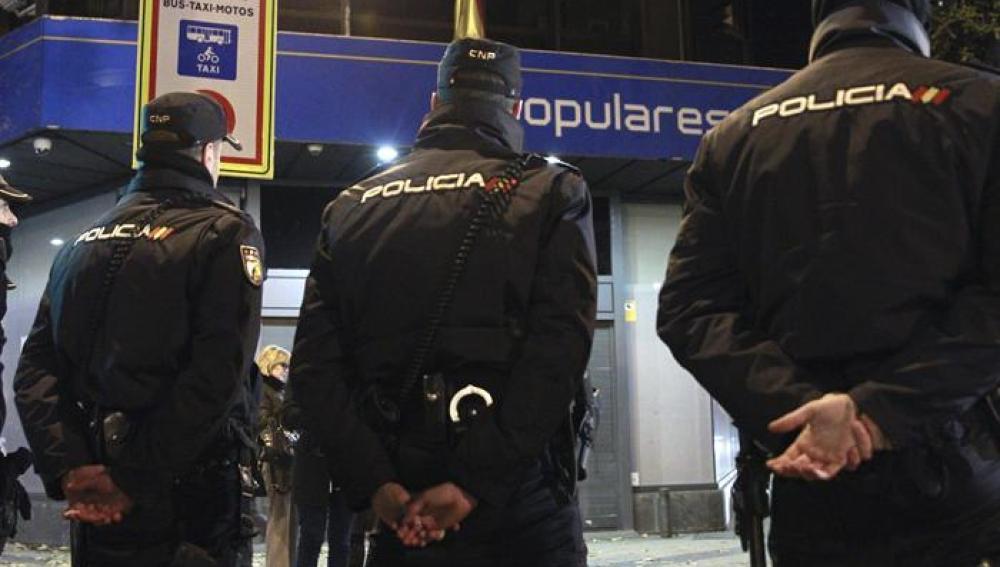 La Policía Nacional en el exterior de la sede del PP