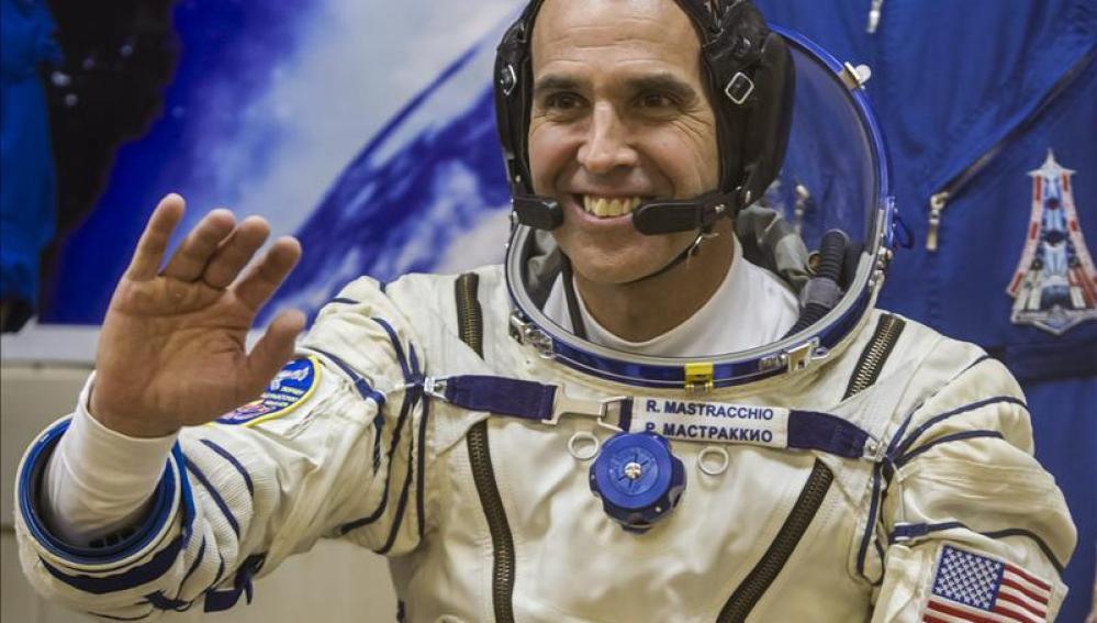 Rick Mastracchio, uno de los astronautas que realizan trabajos extravehiculares para reparar una avería de la ISS